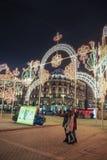 Nieuwjaar en Kerstmisdecoratie en lichten in de straten van Moskou Meisjes die selfie maken Royalty-vrije Stock Fotografie