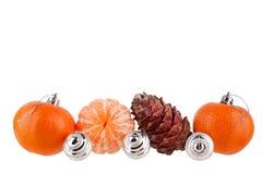 Nieuwjaar en Kerstmisgrens, Kerstmisballen, mandarijnen, denneappel, ornament of patroon voor groetkaart, banner, kalender stock foto