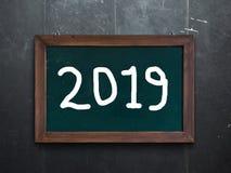Nieuwjaar 2019 geschreven op een schoolbord stock foto's