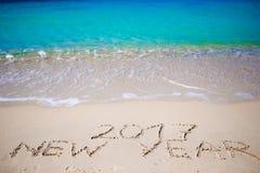 2017 nieuwjaar in het witte zand wordt geschreven dat Stock Afbeelding