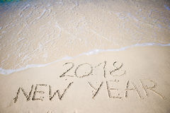 2018 nieuwjaar in het witte zand wordt geschreven dat Stock Afbeeldingen