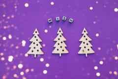 Nieuwjaar houten ornamenten, hoogste mening Houten Kerstboom Violette achtergrond vlak leg stijl Inschrijvingswens royalty-vrije stock afbeeldingen