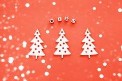 Nieuwjaar houten ornamenten, hoogste mening Houten Kerstboom Violette achtergrond vlak leg stijl Inschrijvingswens Het leven kora royalty-vrije stock fotografie