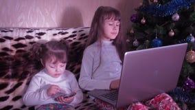 Nieuwjaar, Kerstmis die, kinderen met laptop spelen stock footage