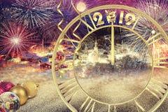 2019 nieuwjaar Kleurrijke groetkaart met vuurwerk, klok en royalty-vrije stock afbeeldingen
