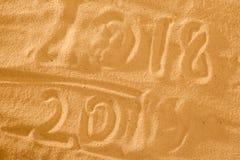 Nieuwjaar 2019 komend concept Het gelukkige Nieuwjaar 2018 vervangt het concept van 2018 op het overzeese strand Stock Foto's