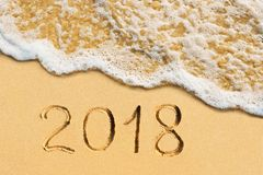 Nieuwjaar 2018 met de hand geschreven op het tropische strand Royalty-vrije Stock Afbeelding