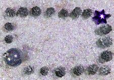 Nieuwjaar` s bal en kegels op briljante sneeuw Gelukkige nieuwe jaarkaart 2018 Stock Afbeelding