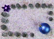 Nieuwjaar` s bal en kegels op briljante sneeuw Gelukkige nieuwe jaarkaart 2018 Royalty-vrije Stock Afbeelding