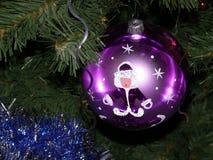 Nieuwjaar` s bal op de Kerstboom Kerstmis en nieuwe jaardecoratie Royalty-vrije Stock Foto