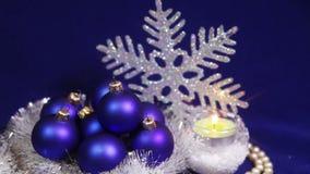 Nieuwjaar` s ballen op een donkerblauwe achtergrond met sneeuwvlok stock videobeelden