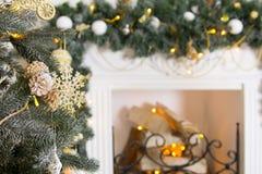 Nieuwjaar` s binnenland met open haard, Kerstboom en decoratio stock afbeelding
