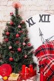 Nieuwjaar` s binnenlandse ruimte De kerstboom met kleurrijke ballons wordt verfraaid en de giften liggen op de vloer die Kerstmis Royalty-vrije Stock Fotografie