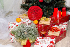 Nieuwjaar` s binnenlandse ruimte De kerstboom met kleurrijke ballons wordt verfraaid en de giften liggen op de vloer die Kerstmis Stock Foto