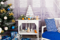 Nieuwjaar` s binnenlandse ruimte De kerstboom met kleurrijke ballons wordt verfraaid en de giften liggen op de vloer die Kerstmis Stock Foto's