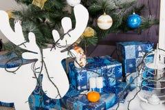 Nieuwjaar` s binnenlandse ruimte De kerstboom met kleurrijke ballons wordt verfraaid en de giften liggen op de vloer die Kerstmis Royalty-vrije Stock Afbeelding