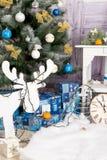 Nieuwjaar` s binnenlandse ruimte De kerstboom met kleurrijke ballons wordt verfraaid en de giften liggen op de vloer die Kerstmis Royalty-vrije Stock Foto