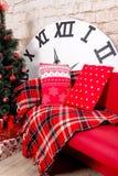 Nieuwjaar` s binnenlandse ruimte De kerstboom met kleurrijke ballons wordt verfraaid en de giften liggen op de vloer die Kerstmis Stock Fotografie