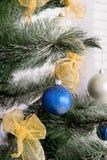 Nieuwjaar` s binnenlandse ruimte De kerstboom met kleurrijke ballons wordt verfraaid en de giften liggen op de vloer die Kerstmis Stock Afbeeldingen