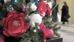 Nieuwjaar ` s en Kerstboomdecoratie in winkelcomplex whith bloemen stock video