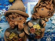 Nieuwjaar ` s en Kerstmis De helpers van vaderFrost maken de ontvangen post op Het laatste blad van een kalender - op 31 December Stock Foto