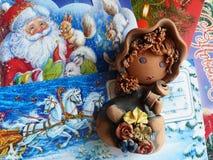 Nieuwjaar ` s en Kerstmis De helpers van vaderFrost maken de ontvangen post op Het laatste blad van een kalender - op 31 December Stock Fotografie