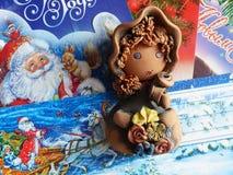 Nieuwjaar ` s en Kerstmis De helpers van vaderFrost maken de ontvangen post op Het laatste blad van een kalender - op 31 December Stock Foto's