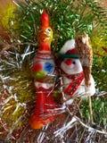 Nieuwjaar ` s en Kerstmis De vrolijke sneeuwman en het symbool van 2017 - de Rode Vurige Haan Het binnenland van het Nieuwjaar Royalty-vrije Stock Fotografie