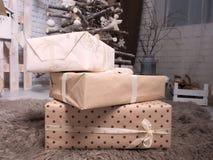 Nieuwjaar` s gift in dozen lichte tonen op een zacht bruin tapijt royalty-vrije stock fotografie