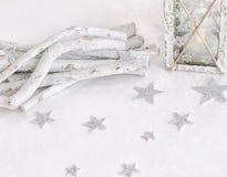 Nieuwjaar ` s, Kerstmisstilleven Kerstmis met de hand gemaakte verfraaide lantaarn op witte achtergrond met zilveren sterren De r Stock Fotografie