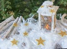 Nieuwjaar ` s, Kerstmisstilleven Kerstmis met de hand gemaakte verfraaide lantaarn in sneeuw met gouden sterren op groene sparren Royalty-vrije Stock Afbeelding