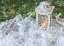 Nieuwjaar ` s, Kerstmisstilleven Kerstmis met de hand gemaakte verfraaide lantaarn in sneeuw met zilveren sterren op groen sparre Stock Foto's