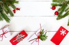 Nieuwjaar ` s, Kerstmisthema Groene spartakken, decoratieve bessen, giftdozen Stock Afbeelding