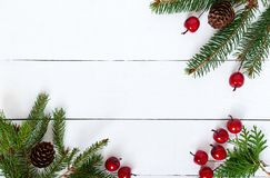 Nieuwjaar ` s, Kerstmisthema Groene spartakken met kegels, decoratieve bessen op witte houten achtergrond Feest achtergrond Royalty-vrije Stock Fotografie