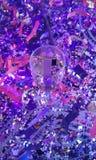 Nieuwjaar` s klatergoud en een glas met een feestdrank stock foto