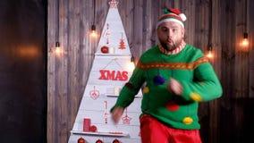 Nieuwjaar` s sleeplijn in een Santa Claus-hoedendansen en dwazen rond stock video