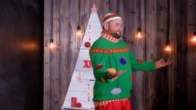 Nieuwjaar` s sleeplijn in een Santa Claus-hoedendansen en dwazen rond stock footage
