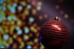 Nieuwjaar` s speelgoed op een zwarte achtergrond met lichten royalty-vrije stock foto's