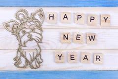Nieuwjaar` s stuk speelgoed hond met gelukwensen Royalty-vrije Stock Foto's