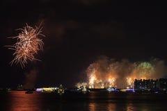 Nieuwjaar` s Vooravond in Doubai, vuurwerk stock afbeeldingen