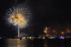 Nieuwjaar` s Vooravond in Doubai, vuurwerk royalty-vrije stock afbeelding