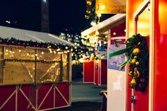 Nieuwjaar` s Vooravond plattelandshuisjes op een donkere achtergrond met lantaarns en decoratie op de deur royalty-vrije stock fotografie