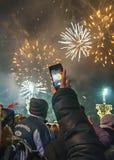 Nieuwjaar` s vuurwerk in Belgrado Vrouw die slim vuurwerk schieten royalty-vrije stock fotografie