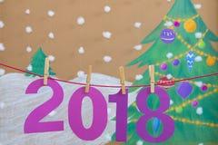 2018 nieuwjaar tegen de achtergrond van een geschilderde Kerstboom en een sneeuw Stock Foto's