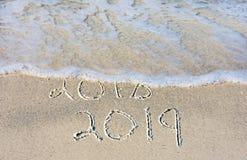 Nieuwjaar 2019 tekst in strandzand Royalty-vrije Stock Foto's