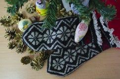 Nieuwjaar, vakantie, Kerstmisspeelgoed en vuisthandschoenen Royalty-vrije Stock Foto