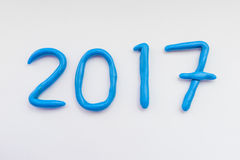 2017 nieuwjaar van blauwe plasticine wordt gemaakt die Stock Afbeeldingen