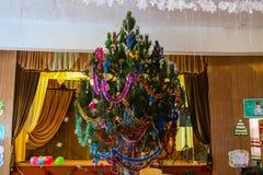Nieuwjaar verfraaide Kerstboom in middelbare school Stock Afbeelding