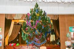 Nieuwjaar verfraaide Kerstboom in middelbare school Stock Foto's
