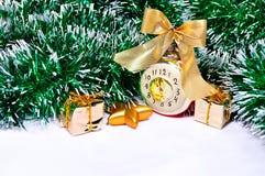 Nieuwjaarachtergrond - Kerstmisspeelgoed en klatergoud van het Nieuwjaarglas op witte achtergrond met vrije ruimte voor tekst Stock Foto